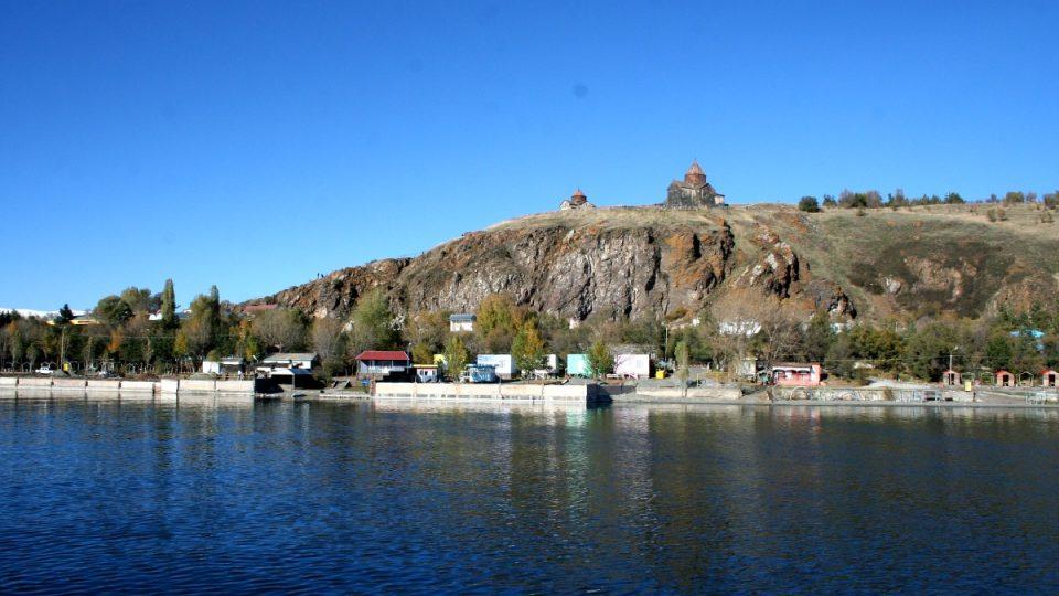 Na kopci nad jezerem se tyčí starobylý Sevanský klášter