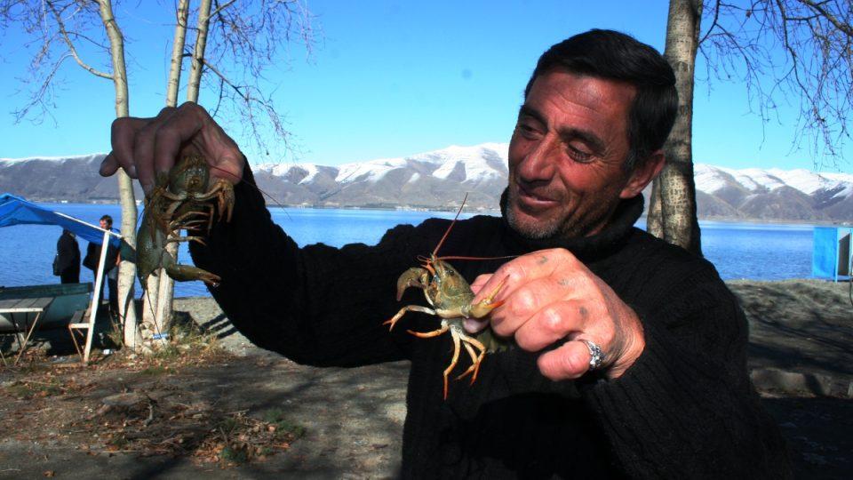 Rybář Suren Avatysjan ukazuje svůj úlovek. Chytat smí v Sevanském jezeře jen raky a karasy