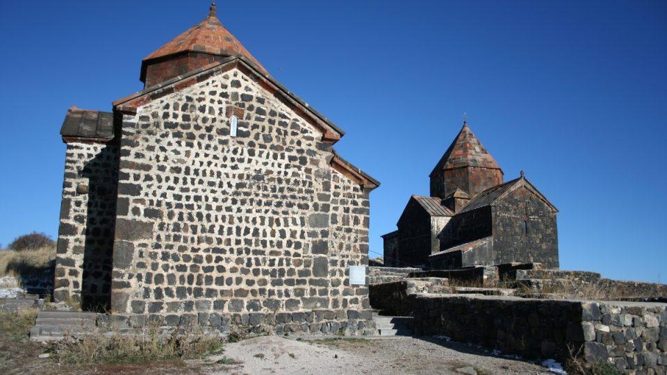 Sevanký klášter tvoří dva kostely – chrámy sv. Arakelotse a sv. Matky Boží byly postaveny v 9. století