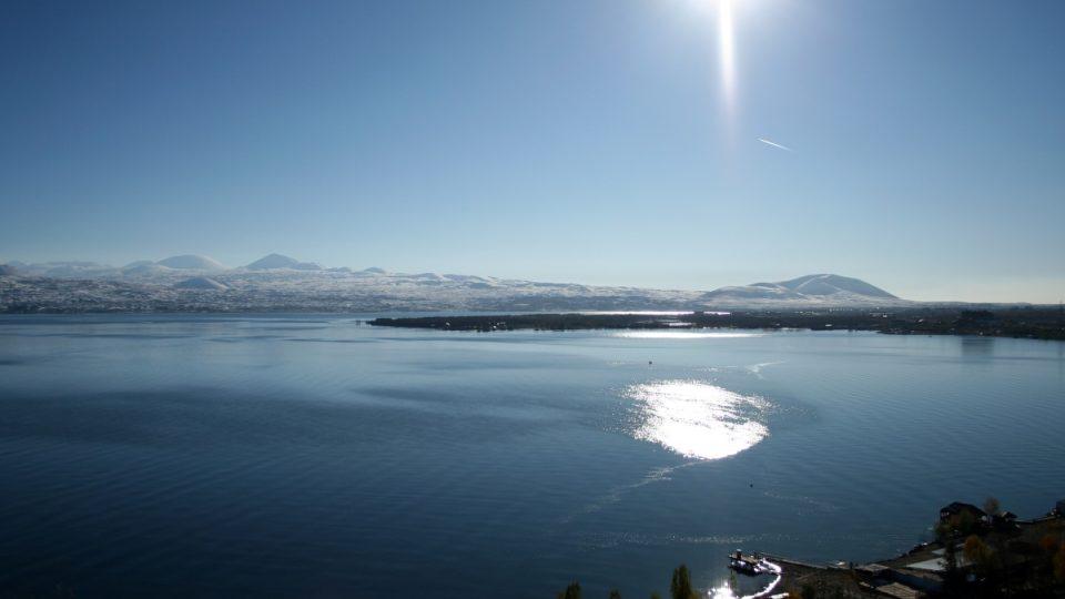 Sevanské jezero je největším jezerem na Kavkaze a jedním z největších a nejvýše položených vulkanických jezer na světě