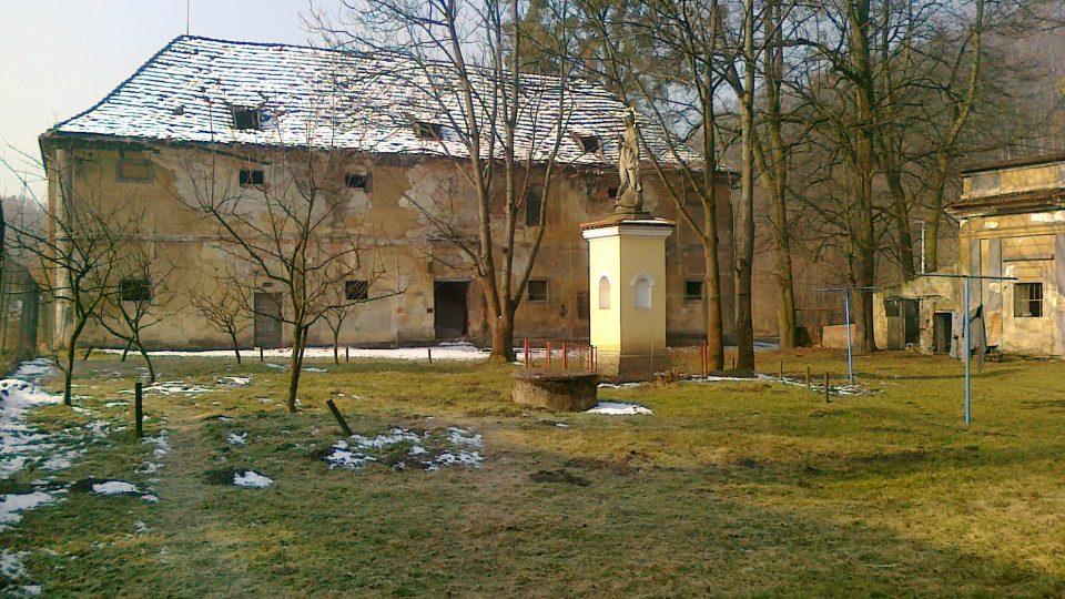 Zámecký areál v Ropici