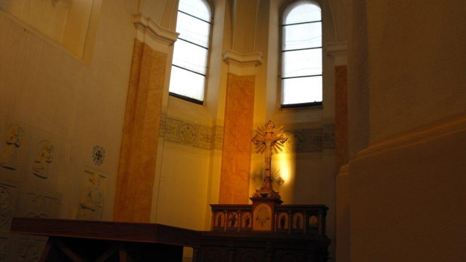 Hlavní oltář kostela sv. Martina v Chrašicích