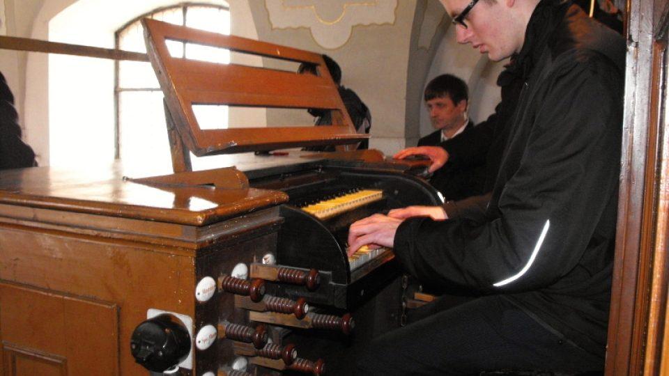 Martin Moudrý hraje na nástroj v Rosicích