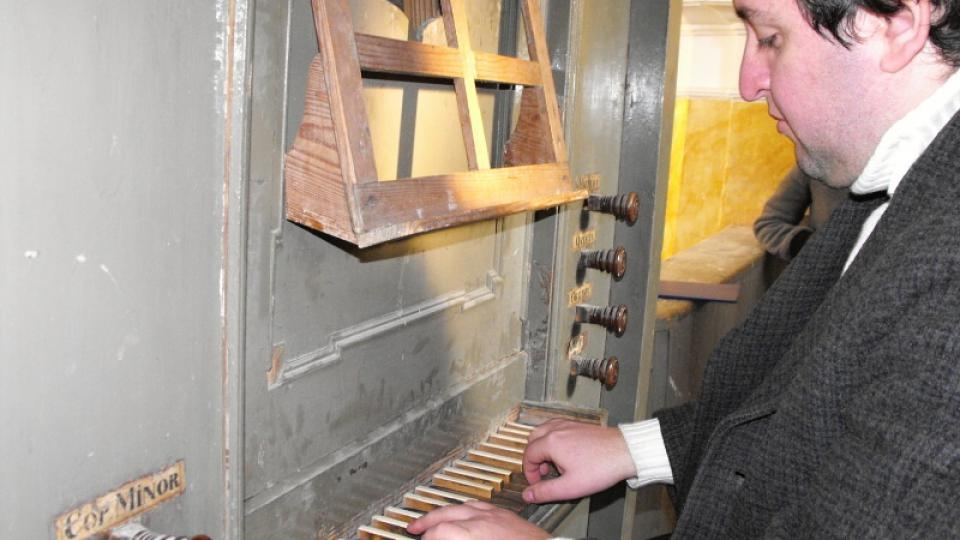 Miloslav Šimek preluduje na nástroj v Chrašicích