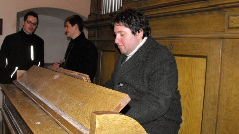 Miloslav Šimek preluduje na nástroj v Podlažicích