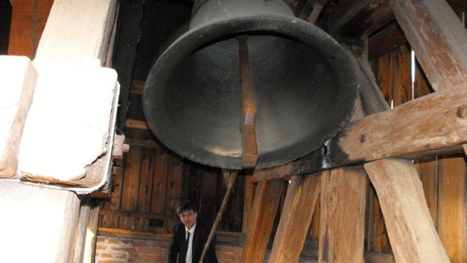 Mirek Pošvář zvoní na zvon v Rosicích