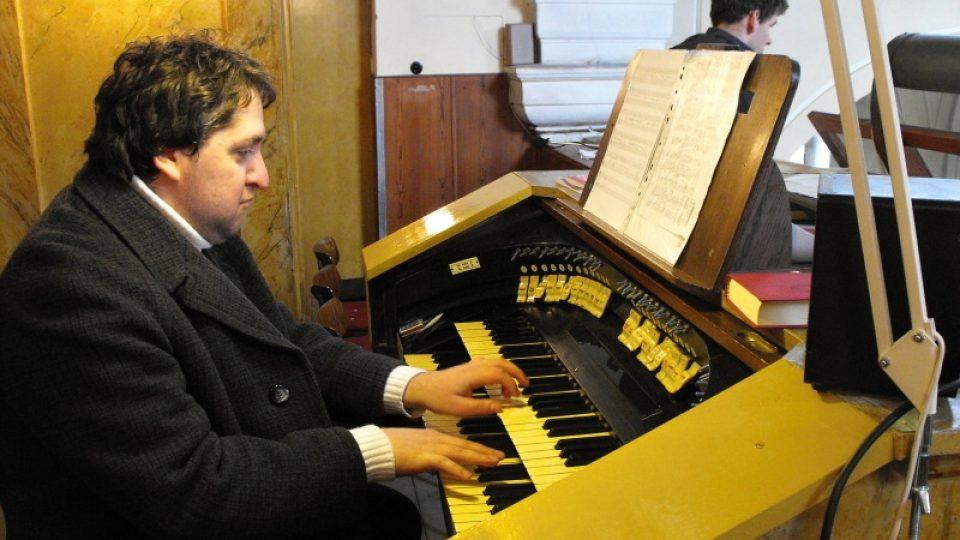 Za varhany se v Chrasti posadil varhaník Miloslav Šimek