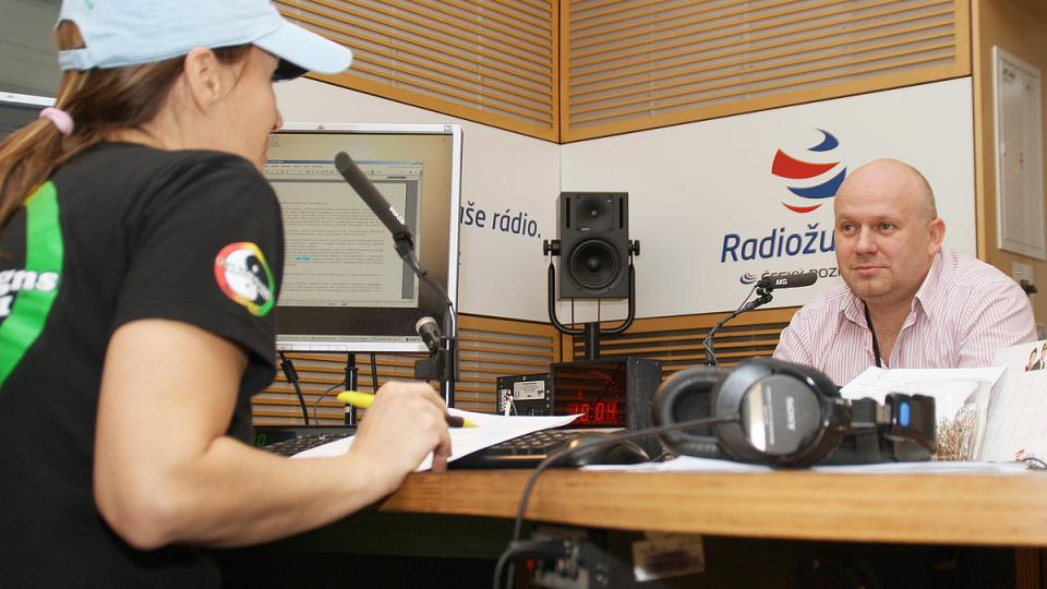 Lucie Výborná se svým hostem Vladimírem Vojancem ve studiu Radiožurnálu