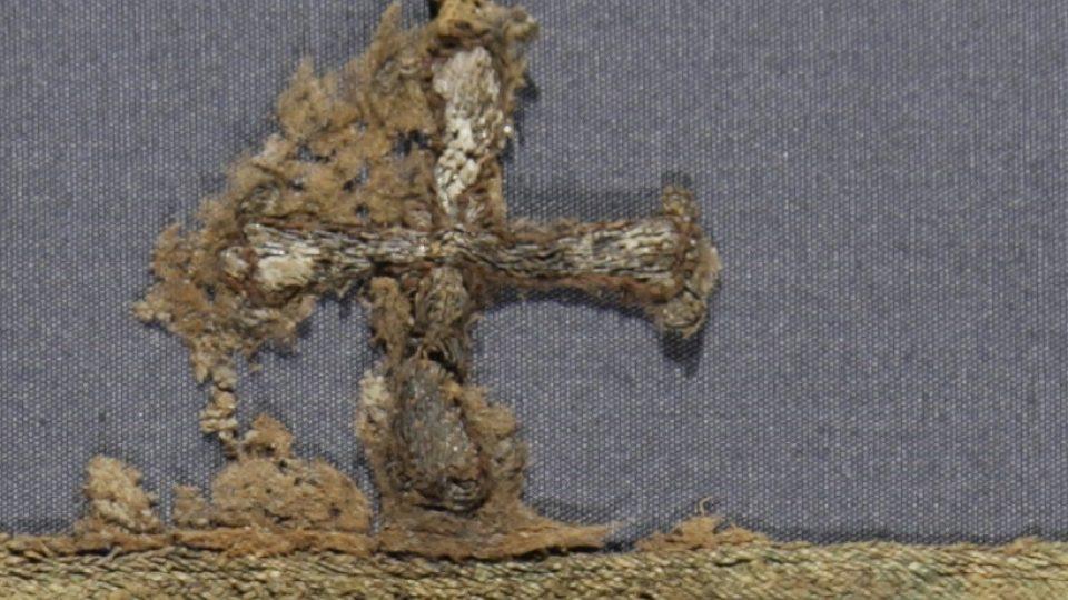 Detail originálu zlatého křížku z kapuce košilky