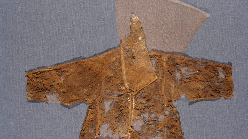 Celek všech dochovaných částí košile s křížkem
