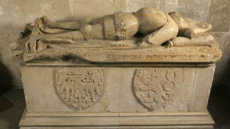 Tumba, v níž měly být pohřbeny ostatky Břetislava II. - Místo vladařova těla v ní ale mj. leží ostatky dítěte a jeho křestní košilky