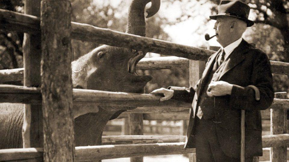 Profesor Jiří Janda, první ředitel Zoo Praha, se slonem Baby