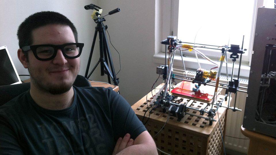 Josef Průša se svou 3D tiskárnou