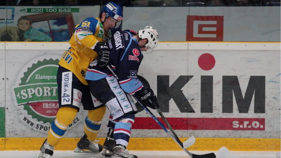 Obránce Ústí David Pojkar atakuje chomutovského útočníka Jana Stránského.