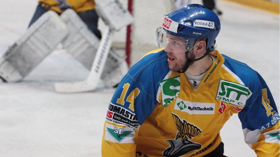 Útočník Ústeckých Lvů Marek Čurilla musel vypomáhat i před vlastním gólmanem.