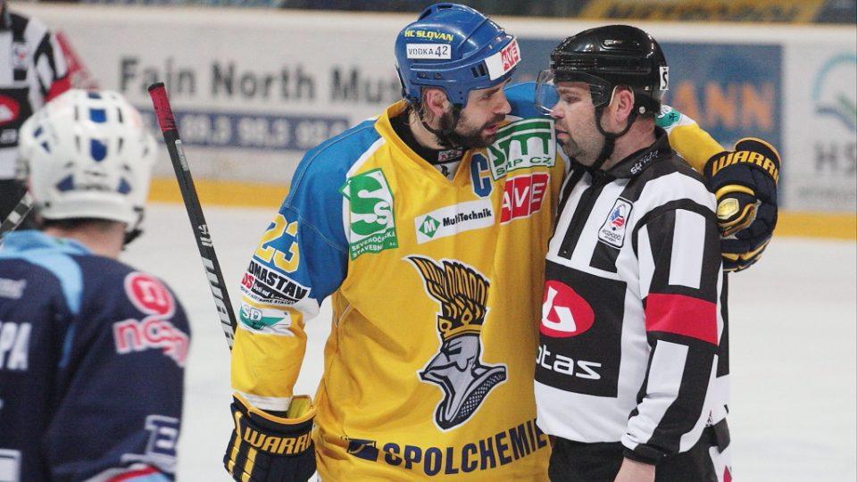Kapitán Ústeckých Lvů Jan Klobouček si žádá vysvětlení prohřešku svého týmu u hlavního rozhodčího.