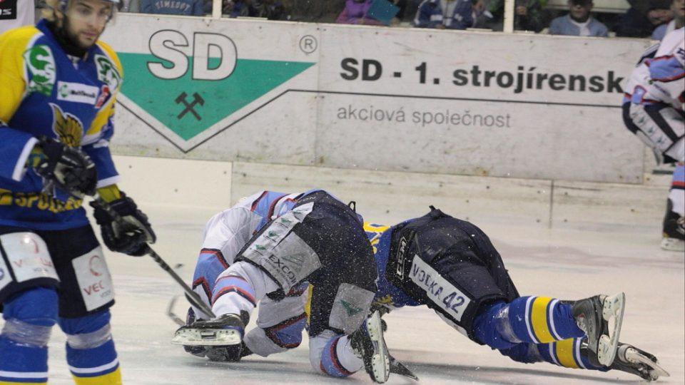 K ZEMI! Hráči Ústí a Chomutova se vrhají na led pod dohledem ústeckého útočníka Robina Hanzla.