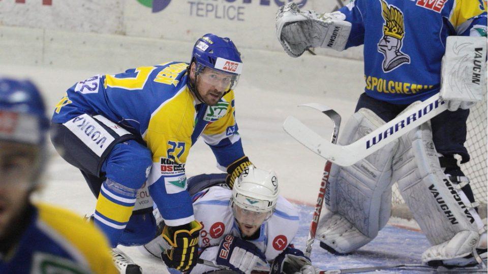 NEPUSTÍM TĚ! Ústecký bek Miloslav Gureň přimáčkl k ledu chomutovského Petra Jíru.