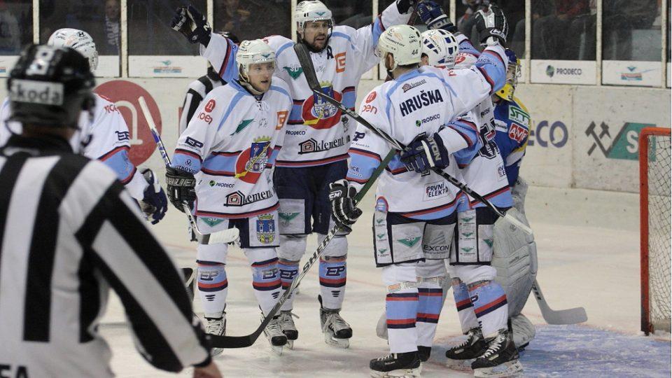 Radost hokejistů Chomutova ze vstřelené branky do sítě ústeckého Pavla Francouze.