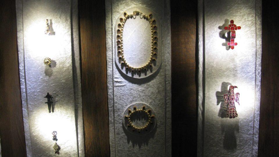 Součástí expozice muzea v dole Granatium jsou samozřejmě také šperky, v nichž jsou zasazeny granáty vytěžené právě zde