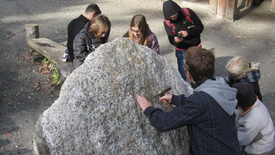 Granáty najdete v rakouském Radentheinu všude. Třeba ve skále u cesty