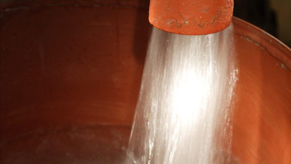Radonová voda je z dolu Svornost přiváděna přímo do lázeňských objektů a zespodu natáčena do vodoléčebných van