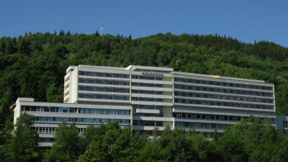 Z teras a balkónů hotelu Běhounek postaveného v Jáchymově v roce 1975 je pěkný výhled na okolní Krušné hory