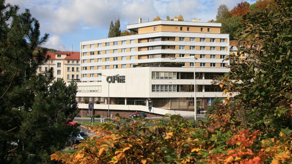 Panelový lázeňský hotel Curie byl postaven v roce 1992