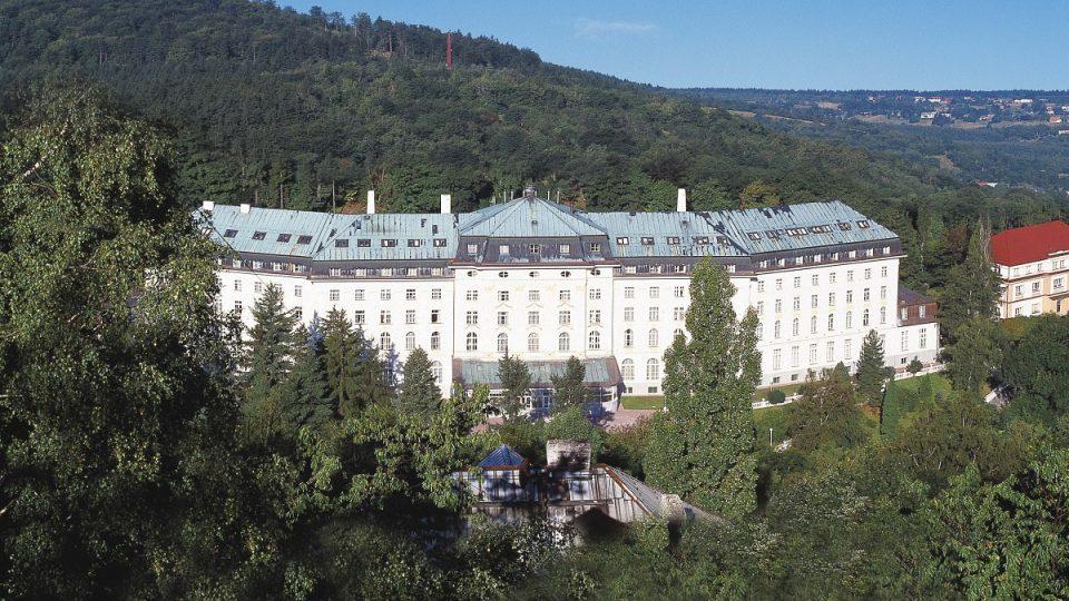 Hotel Radium Palace stál u zrodu jáchymovských lázní. Postaven byl už v roce 1912