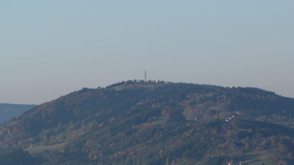 Výhled na vrchol Kozákova z Tichánkovy rozhledny