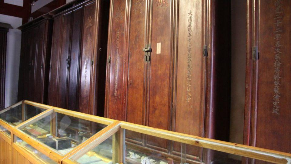 Některé z 657 knih psaných lidskou krví, které jsou dílem mnichů z kláštera Jung-čchüan, je možné si prohlédnout ve skleněných vitrínách