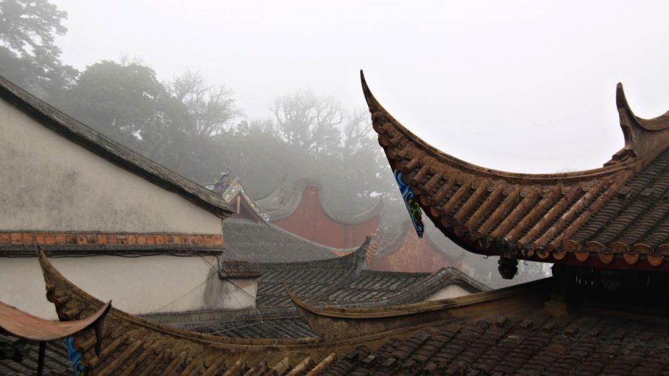 Klášter Jung-čchüan jako by přirozeně vrůstal do okolní přírody