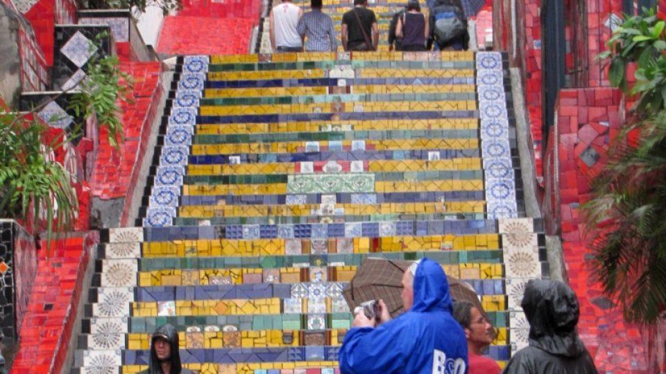 Selarónovy schody spojují čtvrť Lapa s další starou čtvrtí Ria de Janeira – Santa Teresou