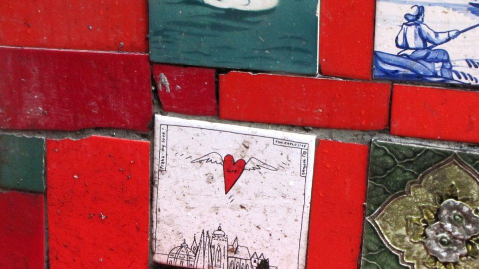 Mezi kachlíky, které lepí svérázný umělec Selarón na schody, je i jeden z Prahy