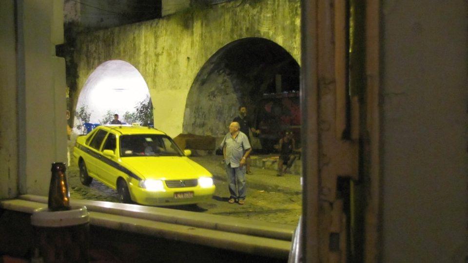 Je tu živo celý den – spodní oblouky akvaduktu poskytují útočiště i lidem bez domova