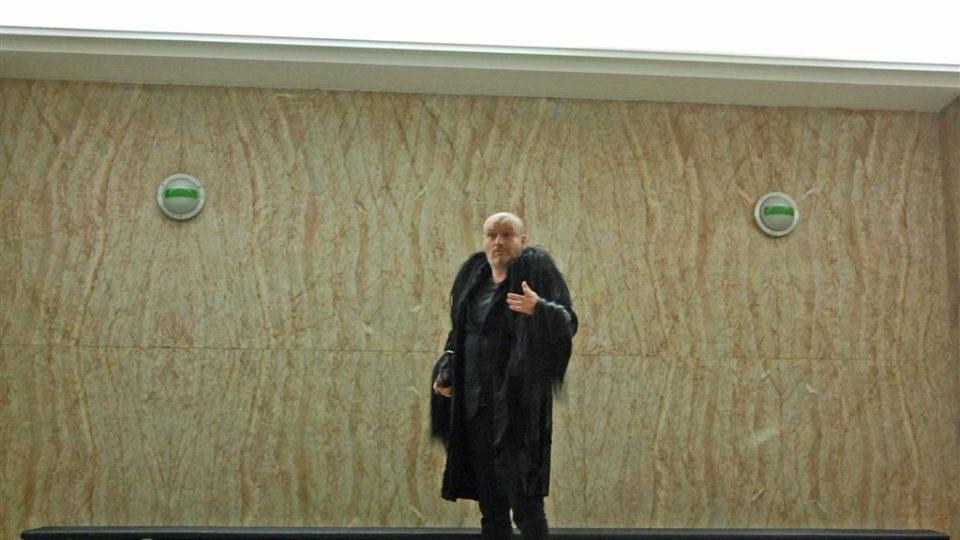 Mark Ravenhill v kožichu, který byl Cenou za nejlepší inscenaci současného textu