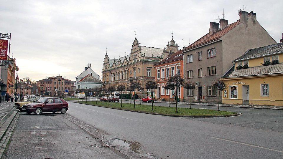 Náměstí v Lázních Bělohrad. Město se poprvé v písemných análech objevilo v roce 1354