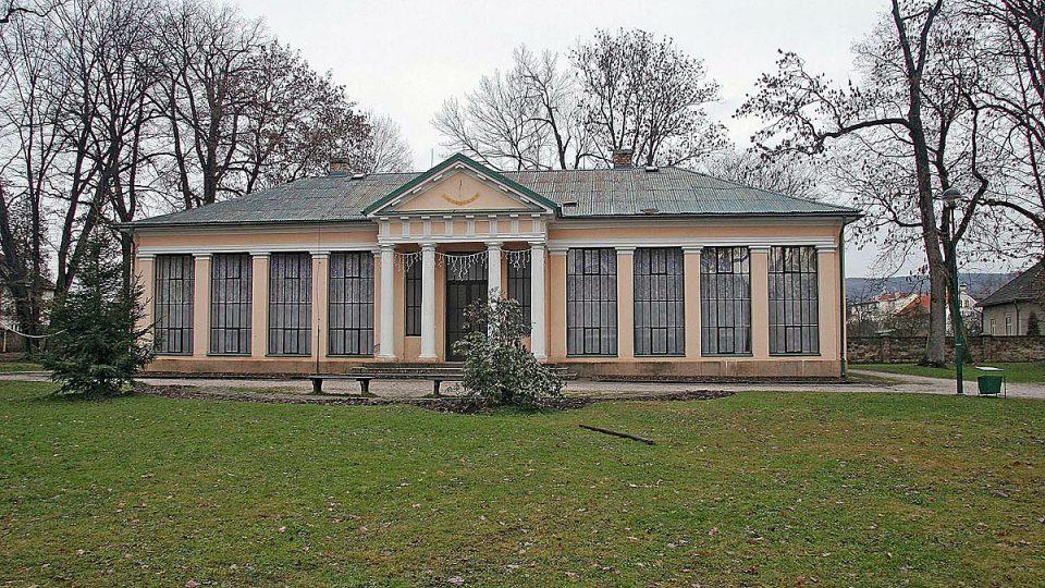 Památník Karla Václava Raise v Lázních Bělohrad, které jsou vyhledávaným lázeňským městem