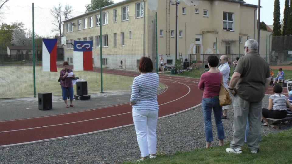Starostka Sokola Václava Nováková, v pozadí Sokolovna