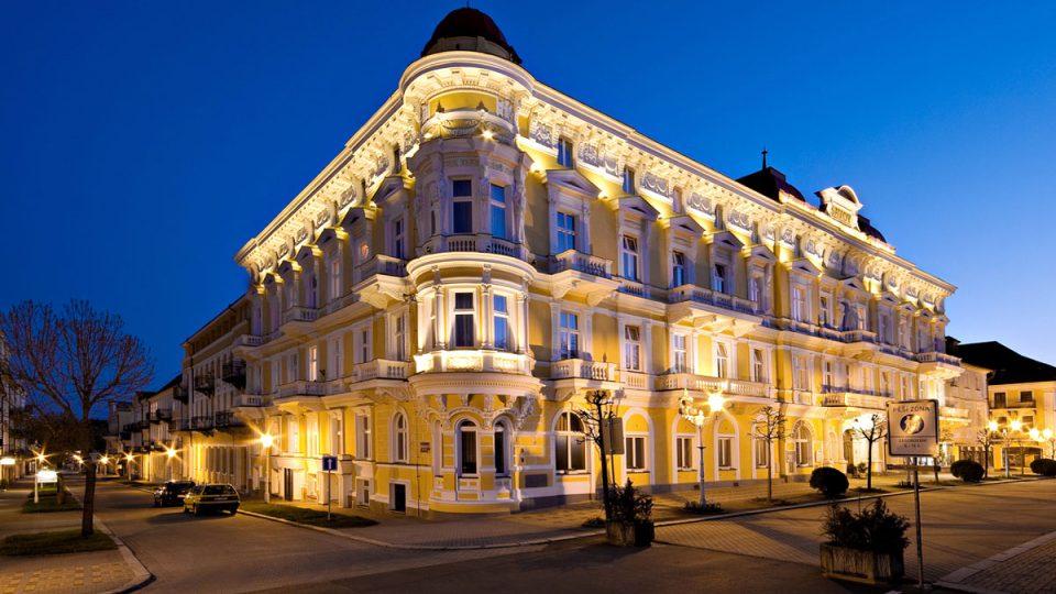 Večerní pohled na hotel Savoy ve Františkových Lázních