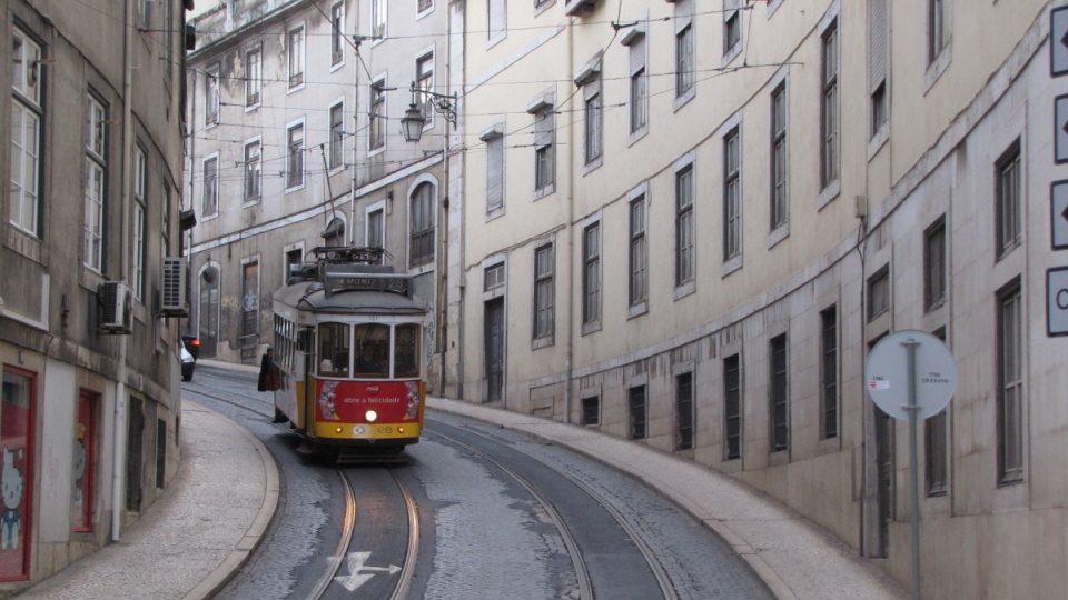 Tramvaje se šplhají do strmých ulic Lisabonu, města mezi sedmi kopci