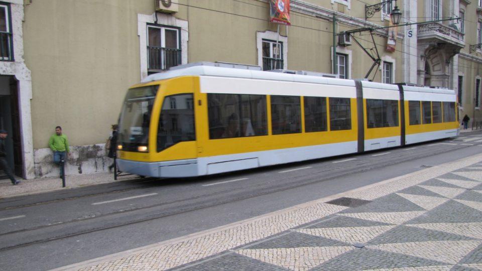Lisabon má i moderní kloubové tramvaje, jezdí ovšem jen na jediné lince