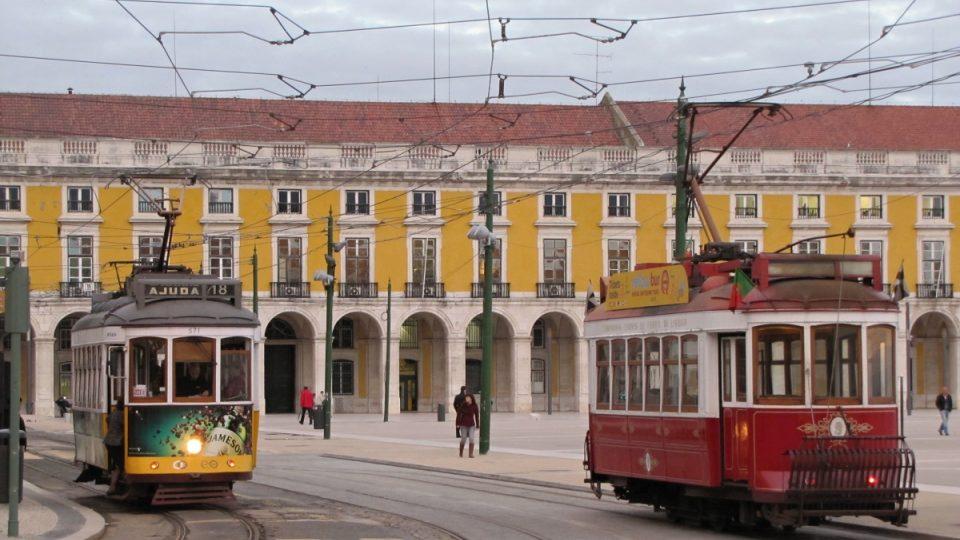 Turistická tramvaj (vpravo) je vybavená pantografem i tyčovým sběračem s kladkou – pro místa, kde jsou ulice příliš úzké pro pantograf