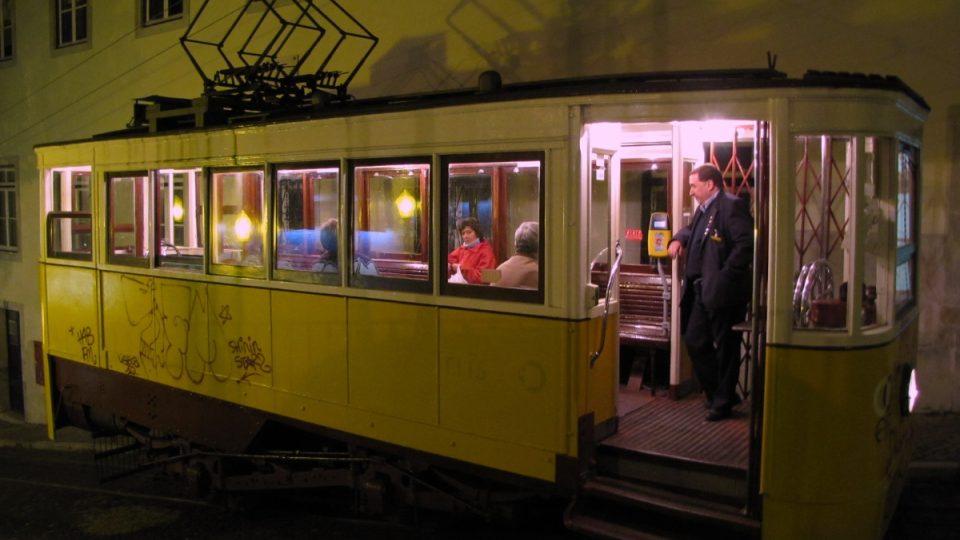 Lisaboňanům se nechce po ulici Calçada da Glória ani šlapat dolů