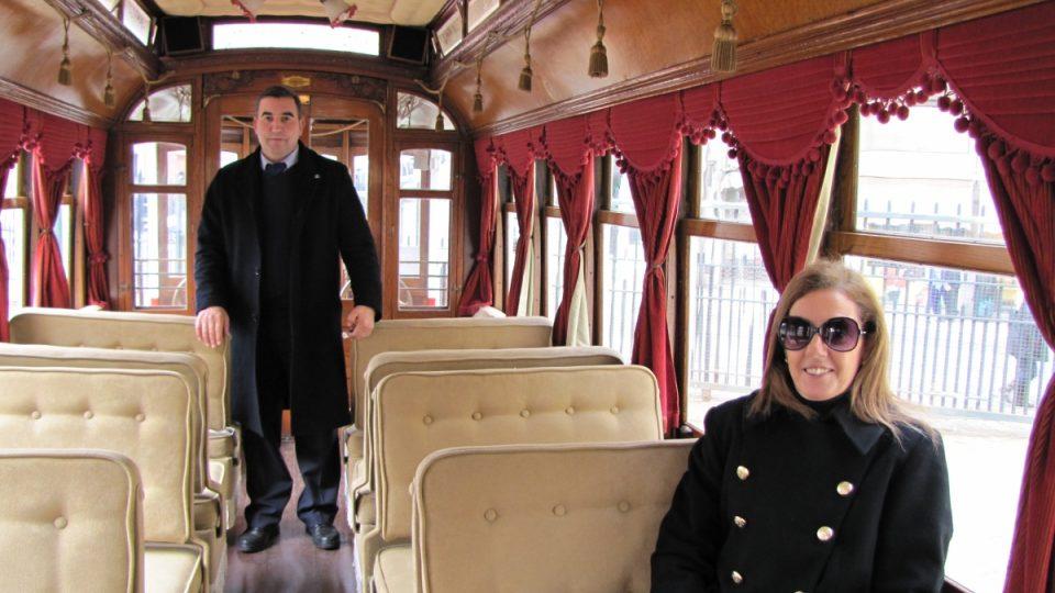 Některé tramvaje mají luxusní interiér. Opěradla stačí překlopit a hned se může jet na druhou stranu. Vpravo šéfka muzea Carris Suzana Fonsecová