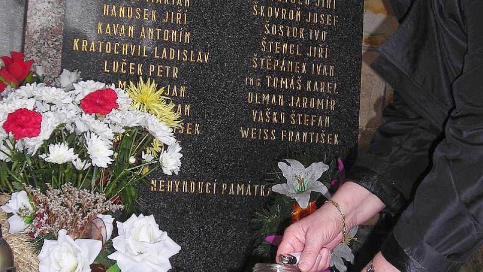 Hornická vdova Věra Štěpánková se o pietní místo dodnes stará