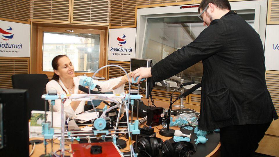 Lucie Výborná si s Josefem Průšou prohlíží, co všechno je 3D tiskárna schopna vyrobit