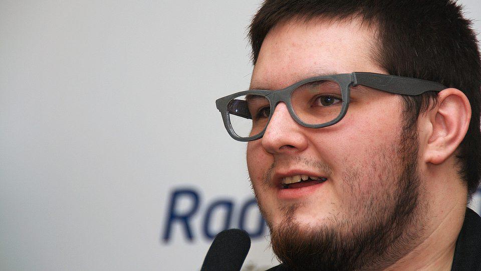Brýlové obroučky Josefa Průšu stály asi 5 korun - vytiskla mu je totiž 3D tiskárna
