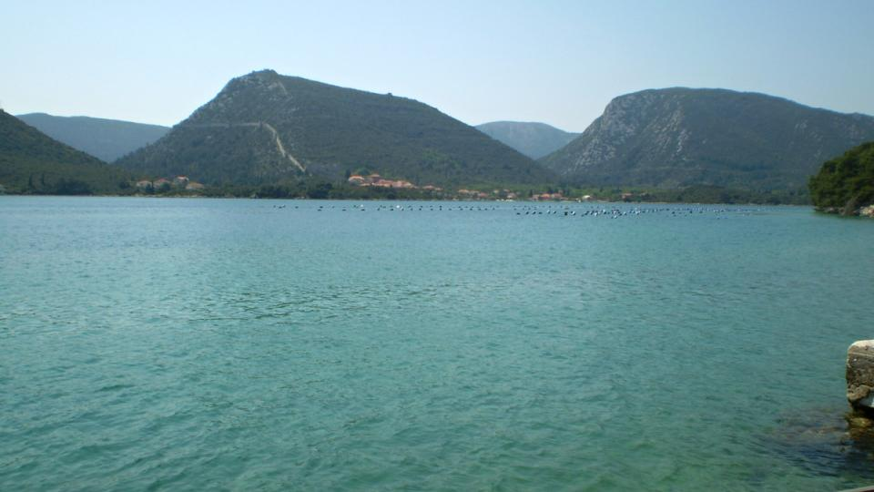 Za zálivem je poloostrov Pelješac se známou zdí u města Ston