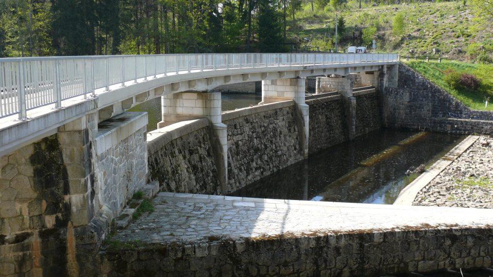 Po opravě 90 metrů dlouhá hráz